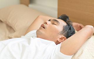 养成闭嘴呼吸的习惯,并让口咽部管腔畅通,来达到终结睡觉打鼾的困扰。(Shutterstock)