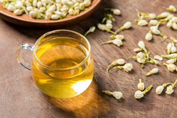 体臭怎么办?喝花茶等茶饮,有助消除体臭。(Shutterstock)