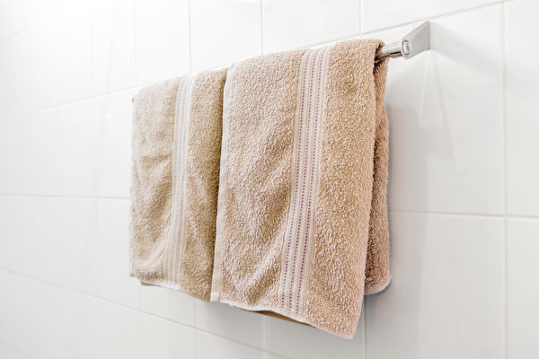 洗完澡后用来擦拭身体的浴巾,非常容易孳生病菌,要常清洗并避免共用。(Shutterstock)