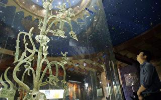 圖為2005年5月28日,遊客在部四川省廣漢市的三星堆博物館,觀看展出的一棵青銅樹文物。文物的造型與中原文化大不相同。(Liu Jin/AFP via Getty Images)
