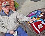 96歲的二戰老兵為救世軍編織數百頂帽子