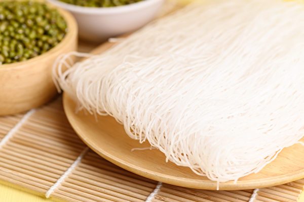 冬粉又称粉丝,热量低、易吸水,掌握2关键吃冬粉瘦身。(Shutterstock)