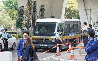 组图:12港人案李宇轩首度出庭 警荷枪戒备