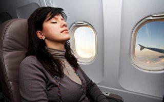聽老牌空姐的話 搭機時別讓頭部靠著窗戶