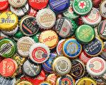 一位球迷用2.5萬個啤酒瓶蓋拼成地板馬賽克