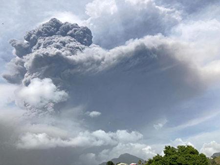 加勒比海火山沉睡四十年後爆發 數千人撤離