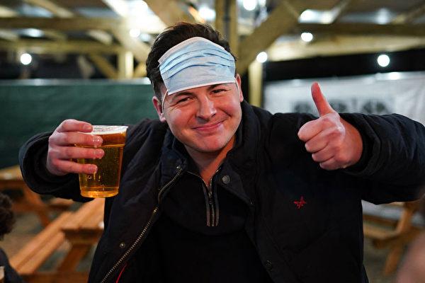 組圖:解封了 英格蘭人零點進酒吧飲個痛快