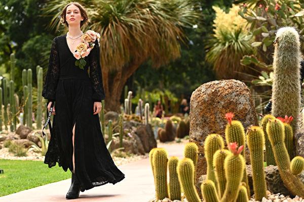 黑洋装搭低跟鞋 轻松穿出法式优雅品味