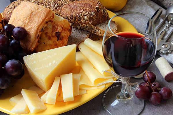 研究:吃奶酪喝红酒可降低老年痴呆症风险