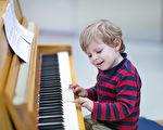 如何有效地帮助孩子学练弹钢琴