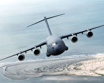 美军C-17战略运输机首降台湾 中共反应低调