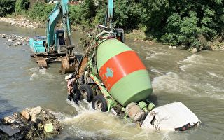 中坜水泥车因大雨溪水突然暴涨  遭冲进溪中