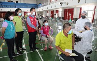 翁章梁視察大型社區接種站動線規劃情形