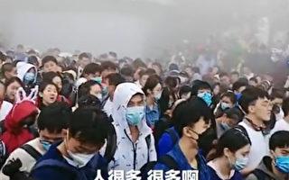 泰山景区下山游客被滞留 数千人喊口号冲闸口