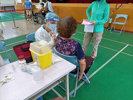 第一轮高龄长者疫苗施打  平镇警安全戒护