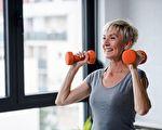 为减肥爱上举重 71岁奶奶有三十多项冠军纪录