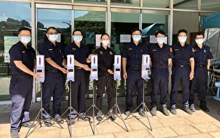 警友赠自动测温消毒机  为员警防疫把关