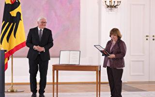 组图:白俄罗斯记者获颁德国联邦十字勋章