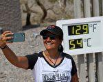 死亡谷129華氏度 遊客無懼高溫爭相合照