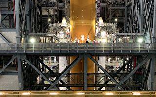 NASA巨型火箭组装完成 比自由女神像还高