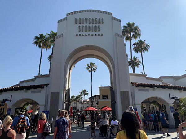 加州解封后首个父亲节 万人涌入环球影城