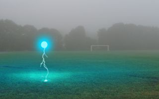 会飞的蓝色光球? 英女拍到罕见的球状闪电