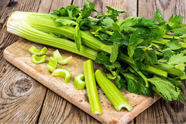 芹菜会产生大量可活化乙酰化酶基因的多酚,是激瘦食物之一。(Shutterstock)
