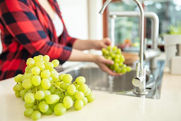 新冠病毒虽然不会经由水果传染吗,但食用前用流水冲洗才能吃得安心。(Shutterstock)