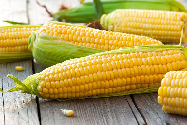 玉米、红肉蕃薯、南瓜、甜椒、小黄瓜等食材,炒过更营养。(Shutterstock)
