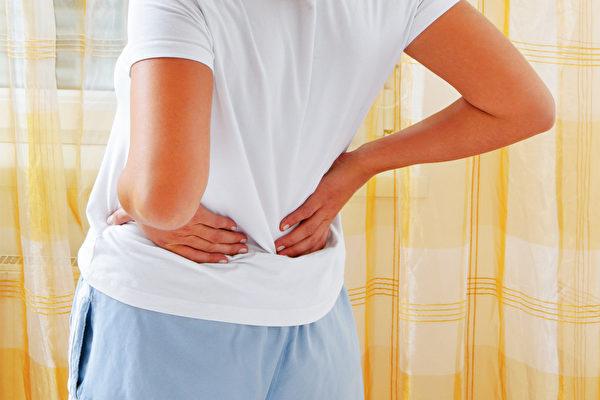 错误的弯腰动作很伤腰,应练习以髋关节为枢纽来弯曲身体。(Shutterstock)
