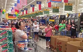 独立日感人瞬间 超市顾客自发齐唱美国国歌