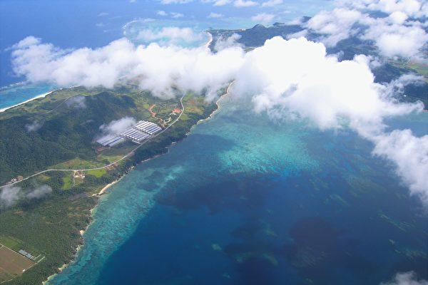 日本小岛无海滩和港口 旅客上下船靠起重机