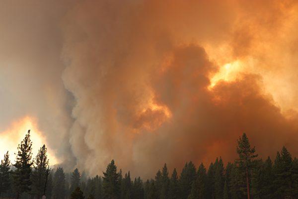 太浩湖南部野火蔓延 一夜增至18,000英亩