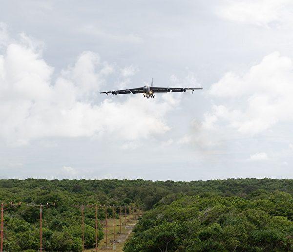 7 月 15 日,来自北达科他州迈诺特空军基地的第 5 轰炸机联队的 B-52H Stratofortress 轰炸机准备在关岛安德森空军基地降落。(美国空军)