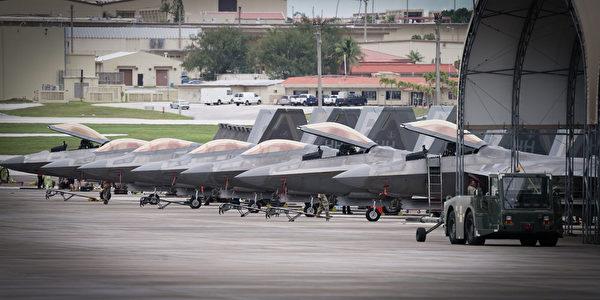 7 月 18 日,美国空军的F-22 猛禽战斗机进驻关岛。(美国空军)