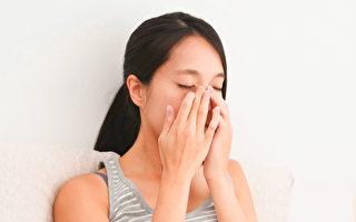 按摩脸部穴位,有助去皱纹、不显老。(Shutterstock)