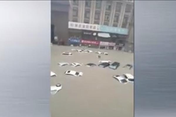 視頻(2):黃河支流決口 驚天洪水吞沒鄭州