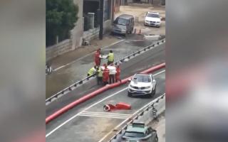 视频:郑州京广隧道尸体被抬出 众人寻亲