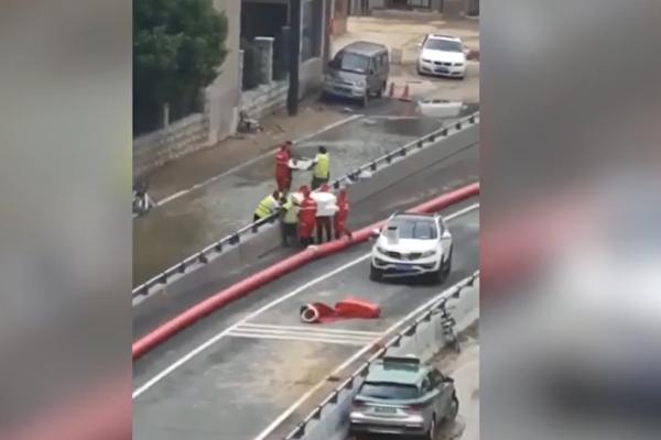 視頻:鄭州京廣隧道屍體被抬出 眾人尋親