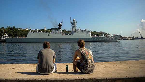 2015年11月10日,中共海軍的054A型護衛艦益陽號進入古巴哈瓦那港口。(Yamil Lage/AFP via Getty Images)