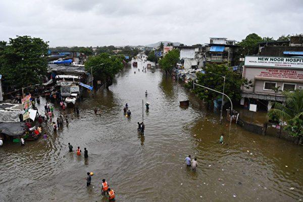 印度暴雨引发洪水和山体滑坡 至少125死