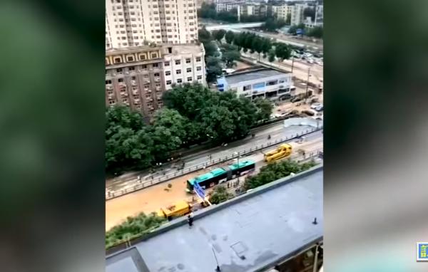 视频:郑州一辆被拖出的公交车引发质疑
