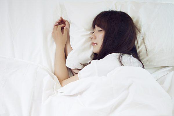 睡前做侧躺画圆的动作,可让身体放松,提升睡眠品质。(Shutterstock)
