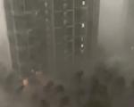 """视频:""""烟花""""来势汹汹 上海狂风暴雨"""