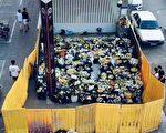 郑州洪灾遇难者头七 官方用围栏挡市民献花