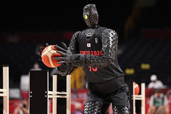 日本机器人在奥运会表演投篮 命中率百分百