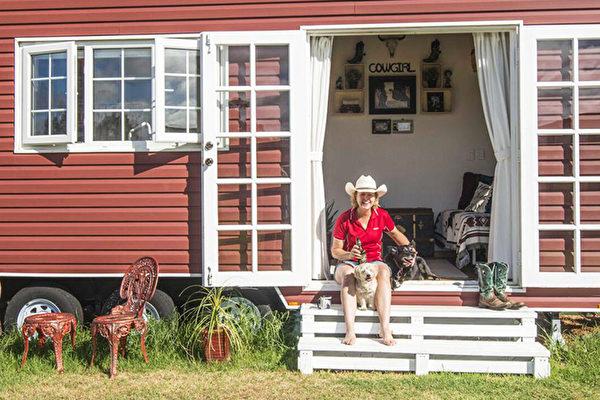组图:无力承担贷款 西澳女拖车上造微型房