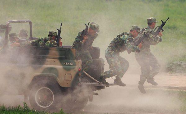 2007 年 7 月 30 日,中共陆军第 196 步兵旅的士兵在北京以东 100 公里的杨村军营中进行演习。 (Guang Niu/Getty Images)