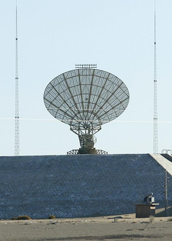 2003年10月14日,位于甘肃酒泉发射中心附近的一个中共军队地面雷达监测站。(Goh Chai Hin/AFP via Getty Images)
