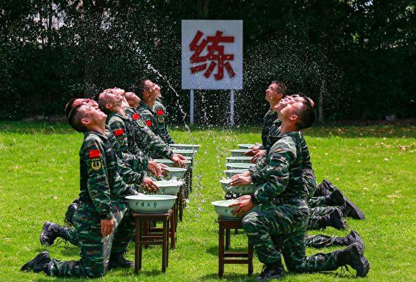 2018年7月17日,江苏武警部队士兵在进行演习,更像是为了摆拍。 (Getty Images)